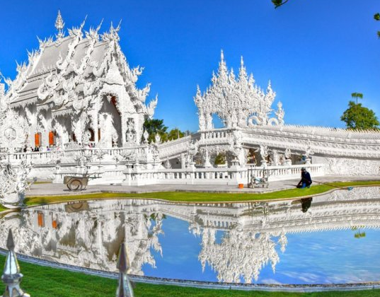Jalan-jalan di ke temple cantik Thailand itu menyenangkan