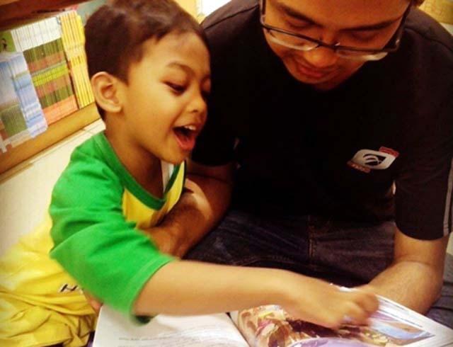 Aria anak sejak usia 4 tahun sudah belajar sains dari buku ensiklopedia meski hanya melihat gambar dan mendengarkan cerita