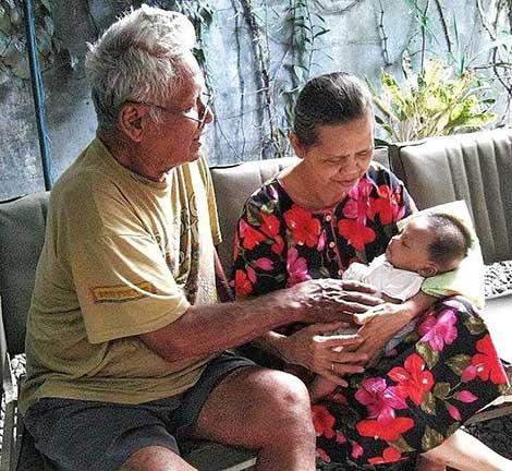 kasih sayang kakek nenek itu luar biasa tetapi kadang terlalu berlebihan sehingga bisa membuat anak menjadi manja