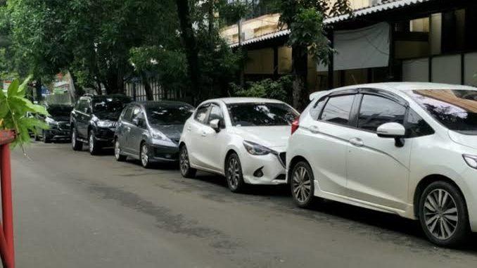 Parkir sembarangan di depan rumah merupakan salah satu masalah klasik Permasalahan Tetangga di Perumahan