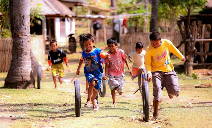 Anak berantem dengan anak tetangga saat bermain merupakan salah satu masalah sepele yang bikin pening para orang tua