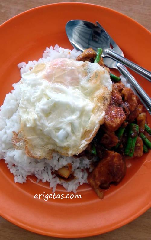 Ayam gongso asam pedas lengkap dengan telor ceplok sepertiga matang khas menu makanan thailand